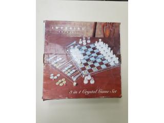 Juego de mesa con piezas de cristal