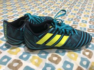 Tacos de fútbol Adidas originales, nuevos # 4 US